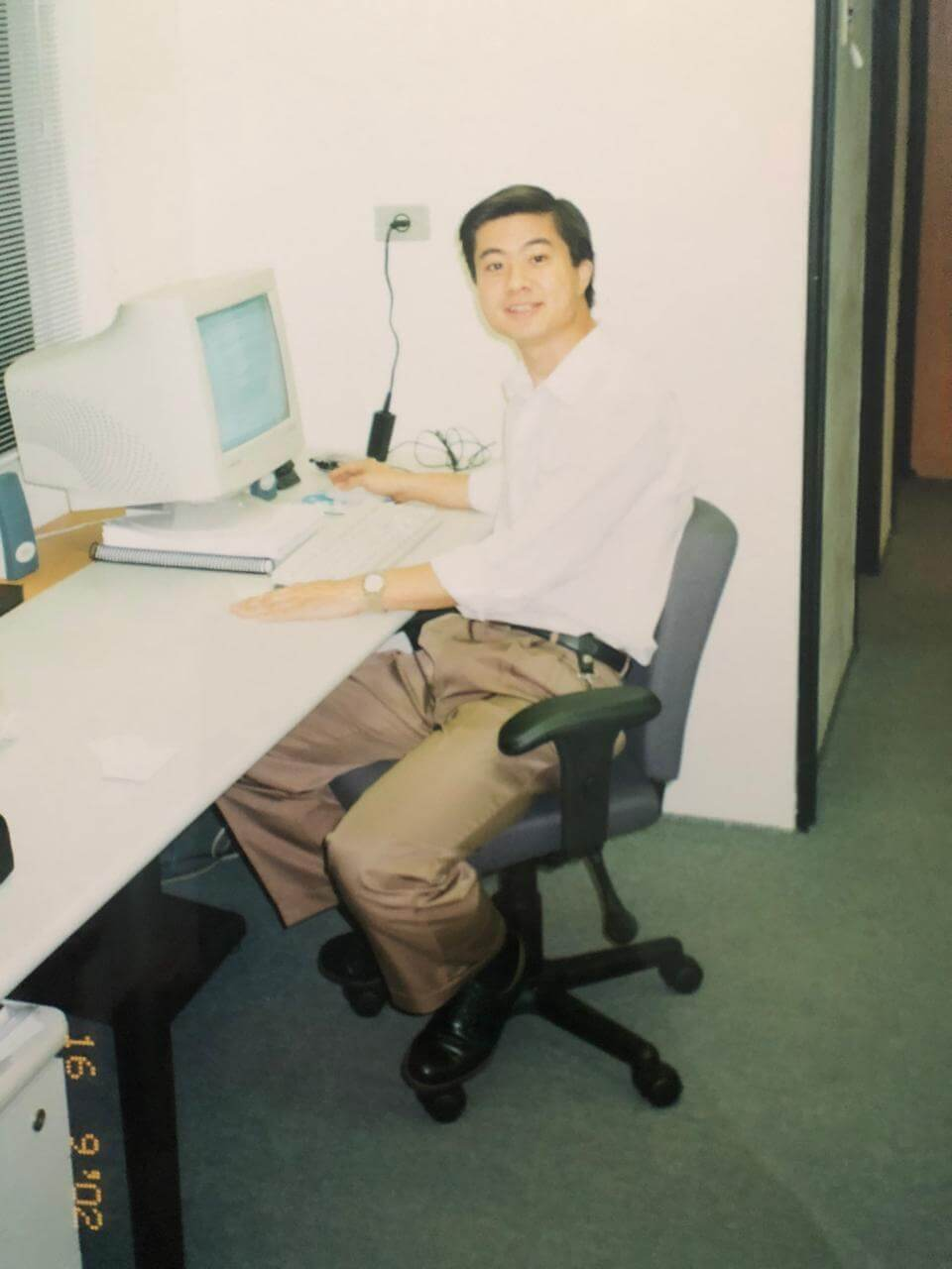 Maurício Hino no escritório, em 2002